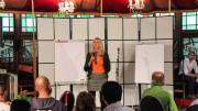 Liesbeth van Tongeren geeft haar inleiding op een experiment met een onvoorwaardelijk basisinkomen